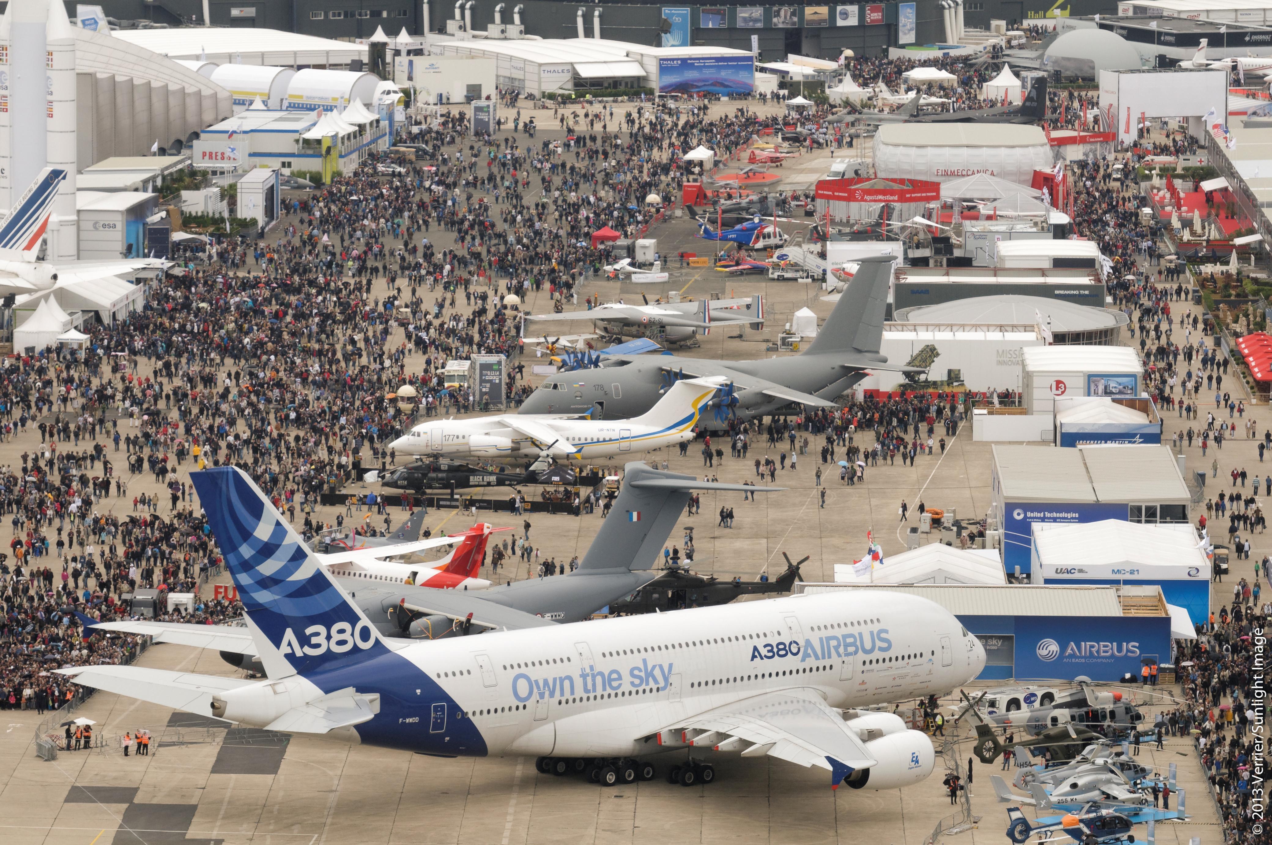 Boeing and airbus battle it out at paris air show for Air show paris 2015